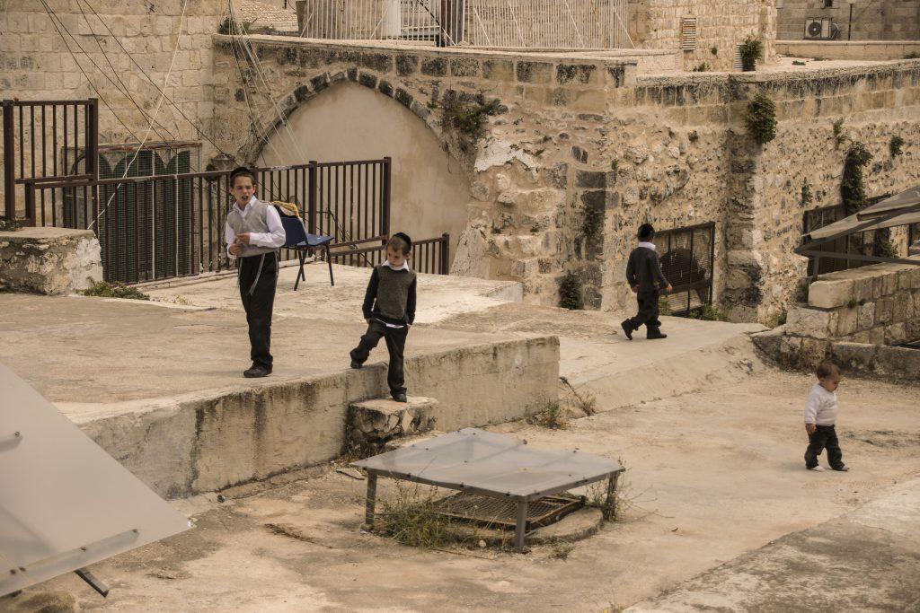 Bambini che giocano si tetti del quartiere ebraico a Gerusalemme
