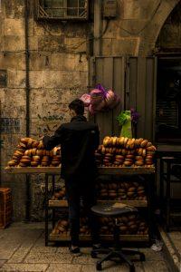 """Venditore di """"pita"""" nel souk islamico di Gerusalemme"""