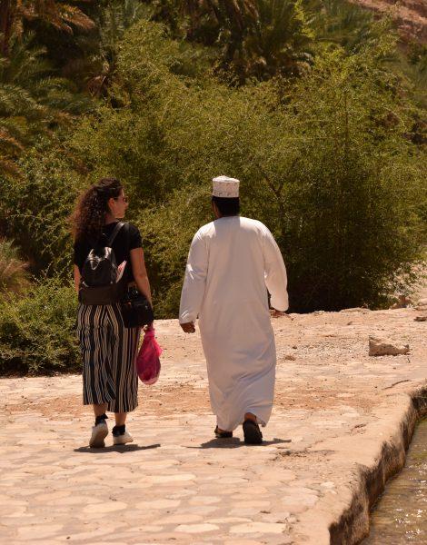 Adil e Rossana passeggiano nel Wadi Bani Khalid in Oman