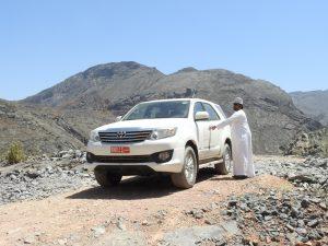 Adil e il nostro mezzo mentre attraversiamo il Wadi Bani Awf in Oman