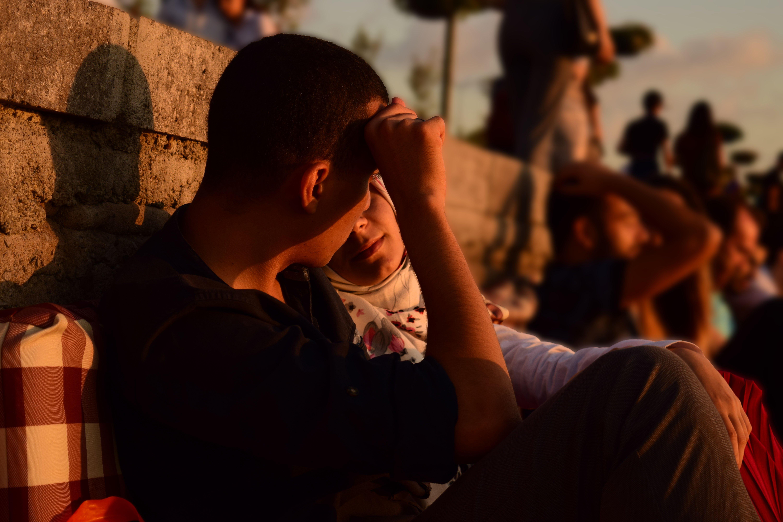 Fidanzatini si godono il tramonto sul Bosforo a Istanbul