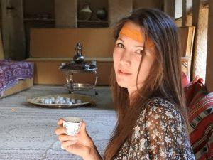 Io che prendo un caffè ospite in una casa di una famiglia omanita a Misfat