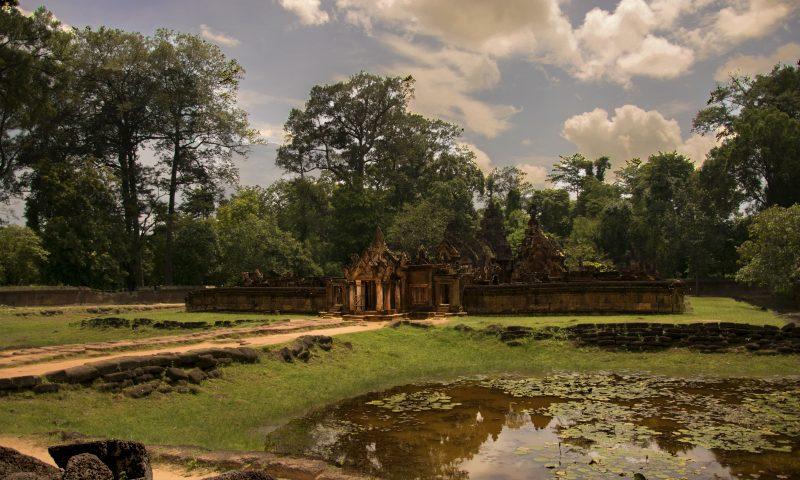 Visitare Angkor: lago di fronte al Benteay Srei
