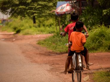Cambogia bimbi in bicicletta nei dintorni di Siem Reap