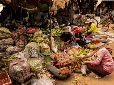 Donne cambogiane al mercato della frutta e verdura nei pressi di Siem Reap