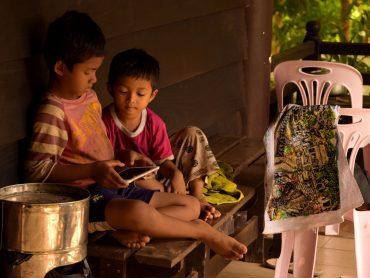 Fratellini in Cambogia giocano con l