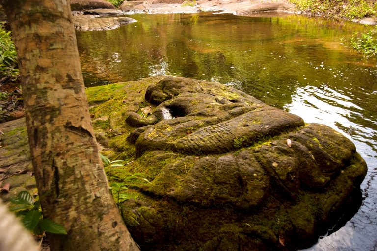 Visitare Angkor: bassorilievo a Kbal Pean