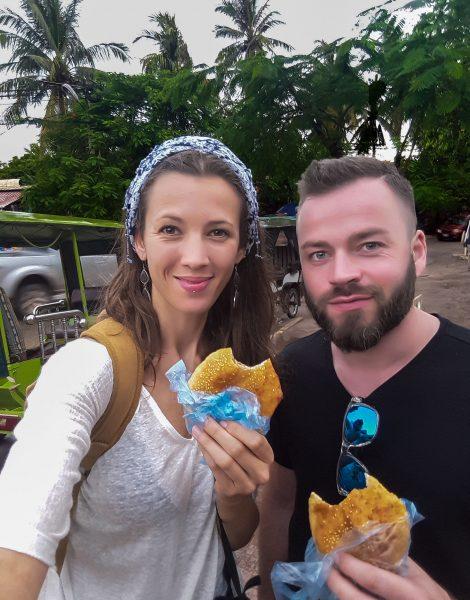 Io e Enry ci facciamo una merenda a base di frittelle di riso e sesamo a Siem Reap