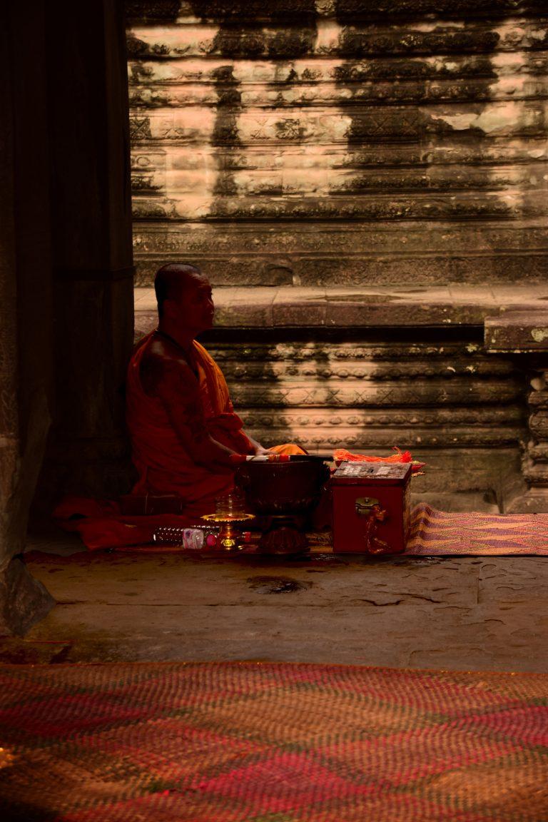 Visitare Angkor: monaco in preghiera ad Angkor Wat