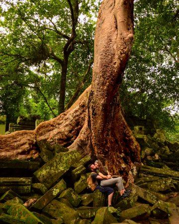 Interno del Beng Mealea di fronte al tronco di una pianta mastodontica