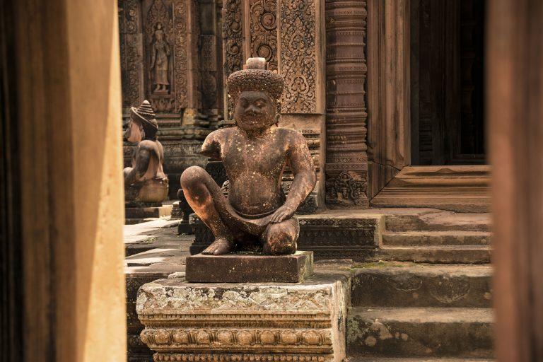 Visitare Angkor: scultura di divinità Benteay Srei