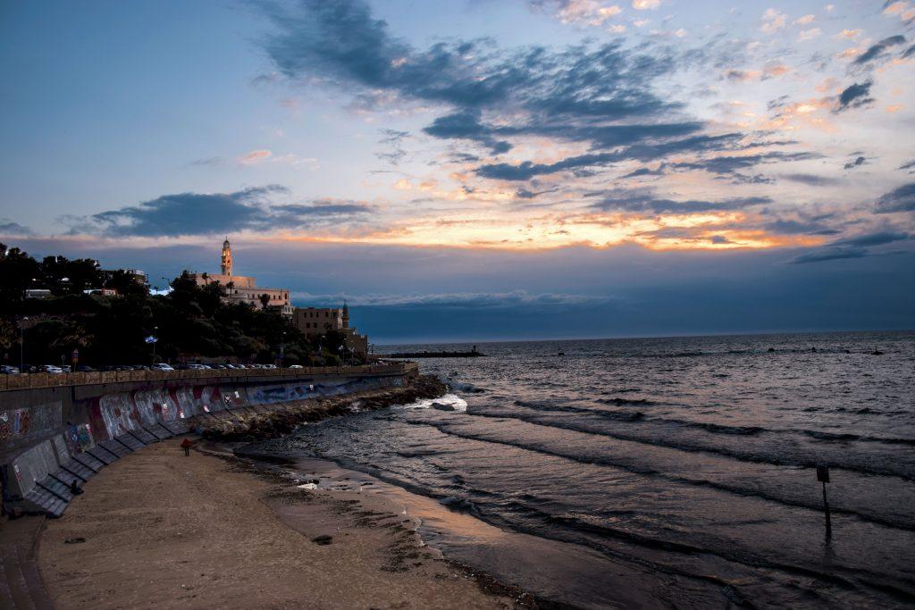 Vista di Old Jaffa dalla spiaggia
