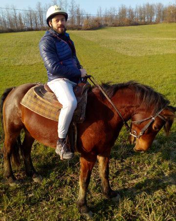 Enrico a cavallo a Le carovane