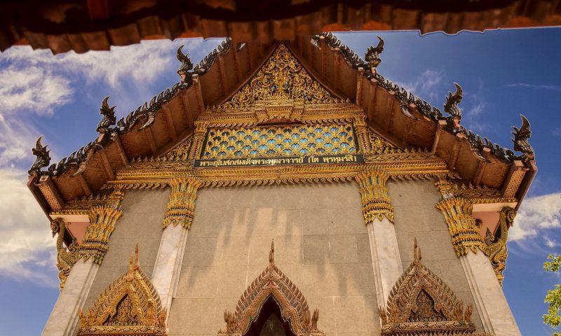 La bellissima facciata del Wat Intharawihan