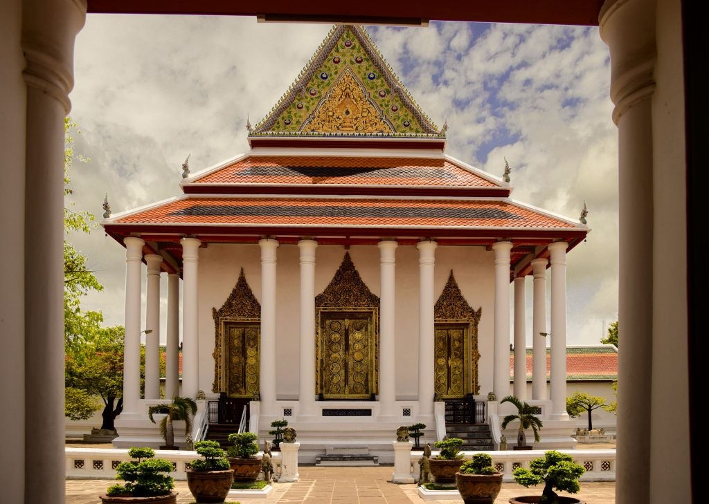 La bellissima facciata del tempio di Wat Somanas